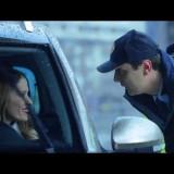 Што прави полицаец кога ќе ја запре Каролина Гочева на улица?