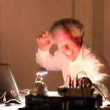 Стар професор по музичко знае како да направи атмосфера на часот