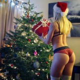 santa_surely_knows_which_elves_are_hottest_for_him_640_23