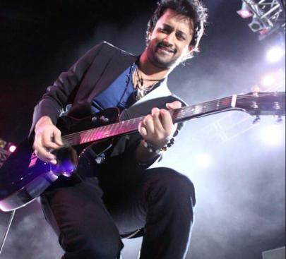 Пакистански музичар го прекина својот концерт за да спаси девојка
