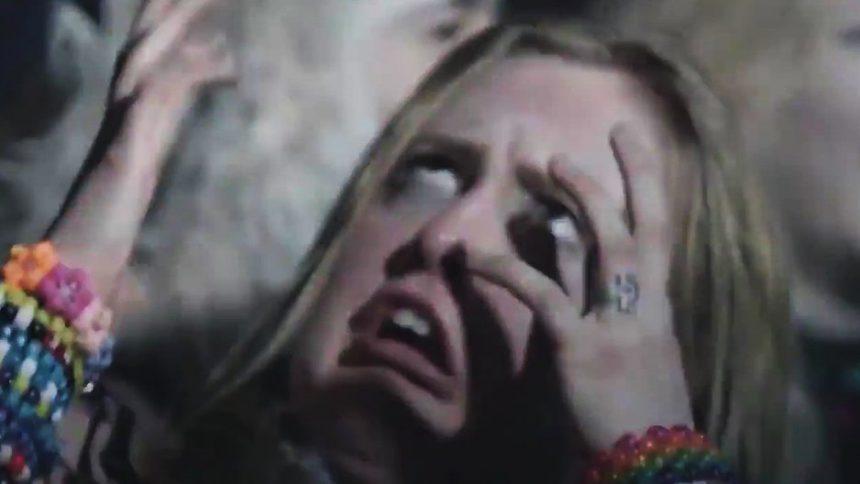 Моментот кога девојката на журка откри дека може да ги мрда прстите на рацете