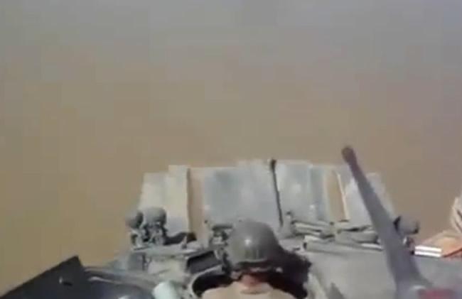 Како американските војници преминуваат река со военото возило LAV 25