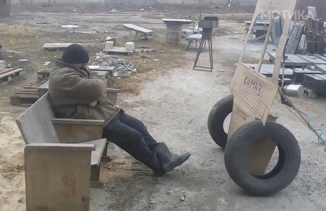 Колегата заспал на работното место  па другите градежни работници му приредија незаборавно будење