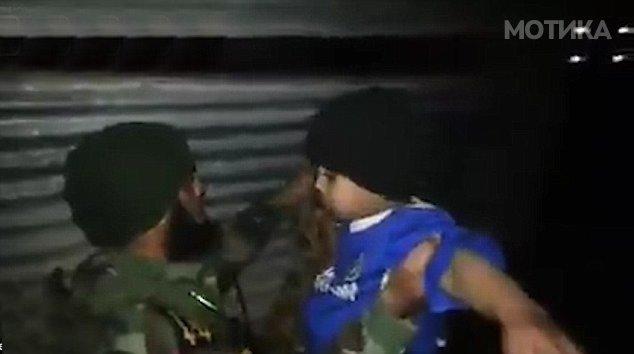 7 годишно дете бомбаш   самоубиец облечено во дрес на Челзи  фатено и разоружано од ирачки војници