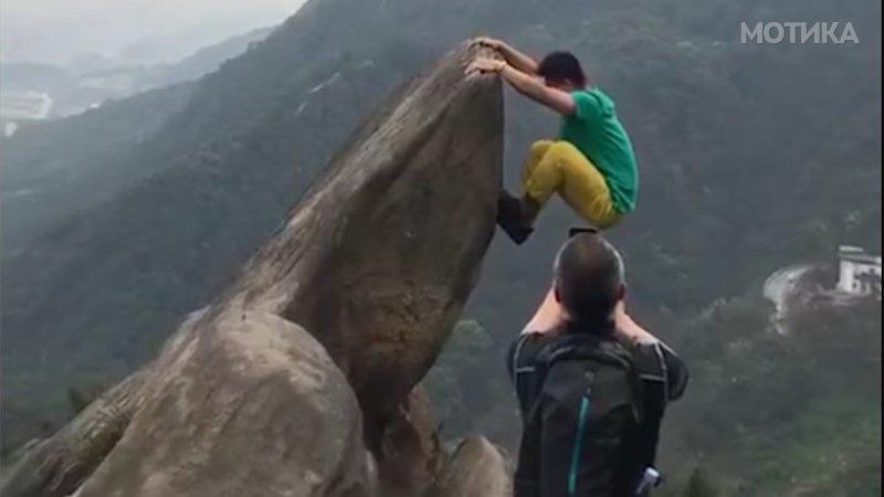 Кинескиот турист сака да направи некоја повозбудлива фотографија