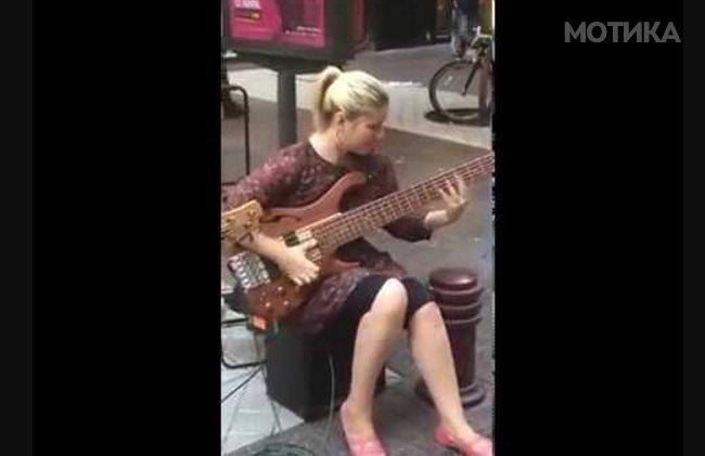 Плавушата растура на бас гитара и не му се дава на колегата