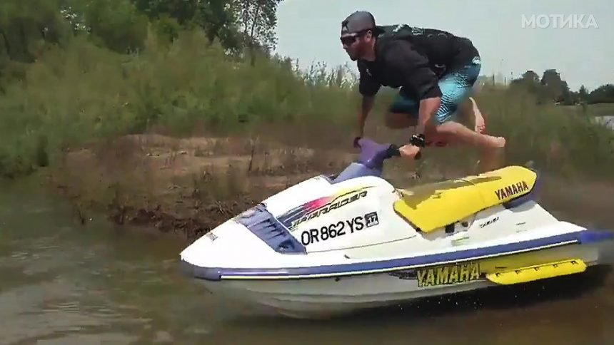 Чаламџија скока со скутер на вода за да се покаже пред девојката