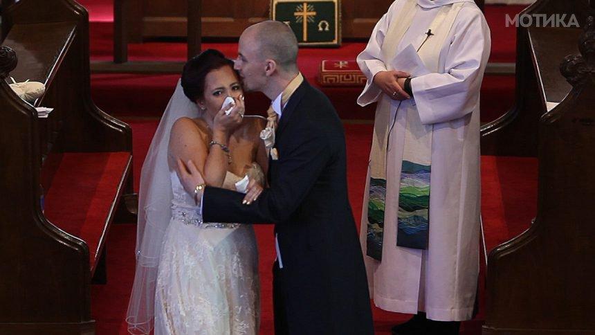Среде венчавка младоженецот и рече на невестата да се сврти  таа не можеше да ги задржи солзите
