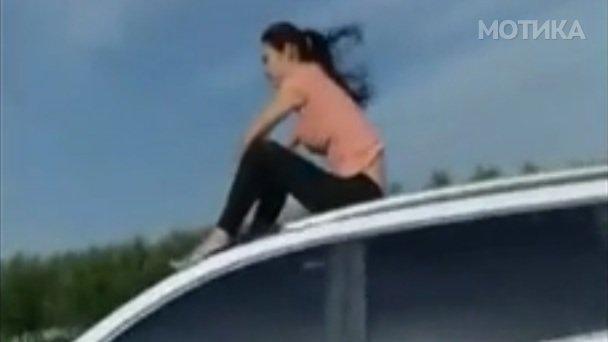 Девојката нашла начин како да се излади на автопатот кога климата во автомобилот не работи