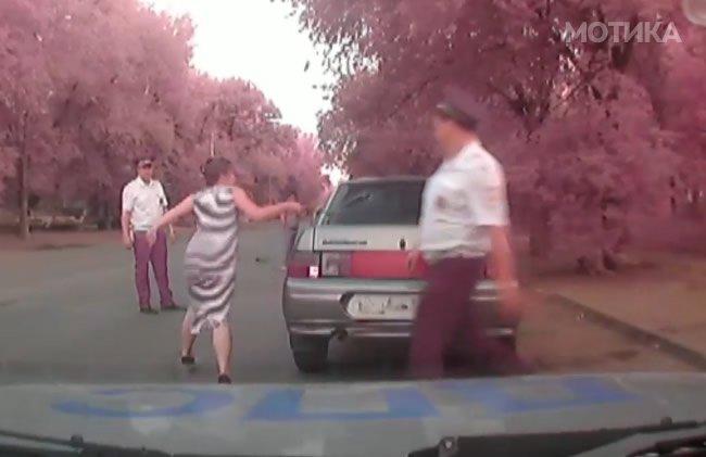 Руските полицајци се намачија да ја исконтролираат бремената жена, која имала алкохол во крвта колку да испила цело шише водка