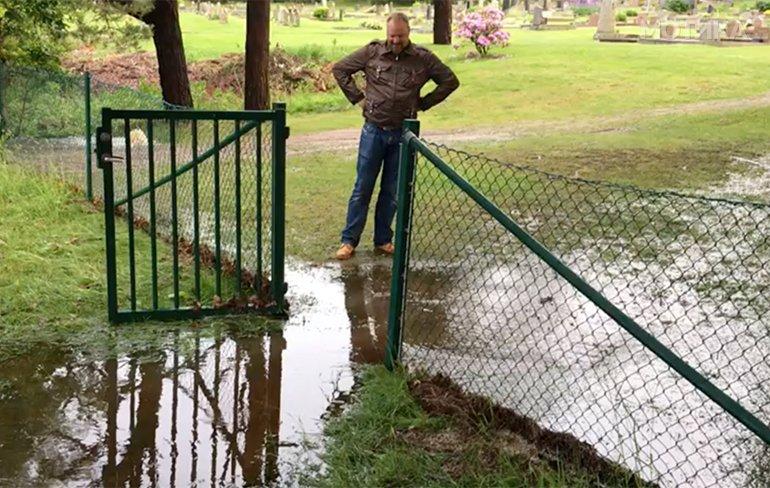 Кога многу се пазиш да не се изводениш од вирчињата после дождот