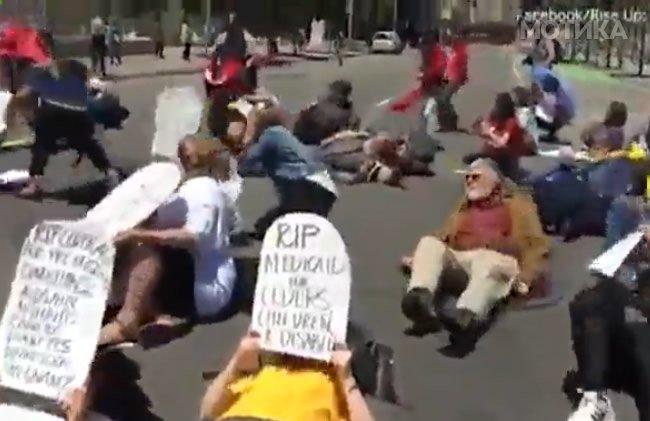 Моторџијата против демонстрантите кои легнале на улица и си ги бараат своите права
