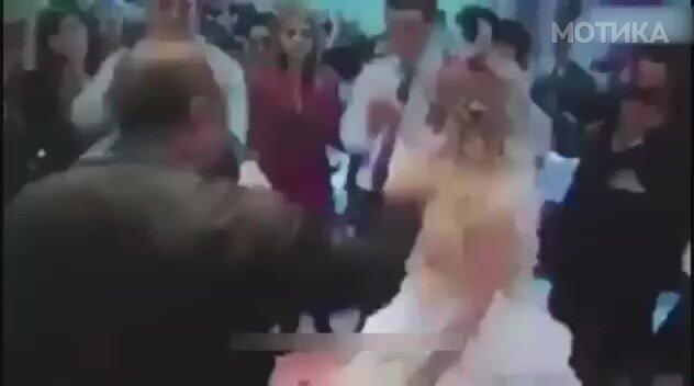Турчин ѝ лепи пари на челото на невестата