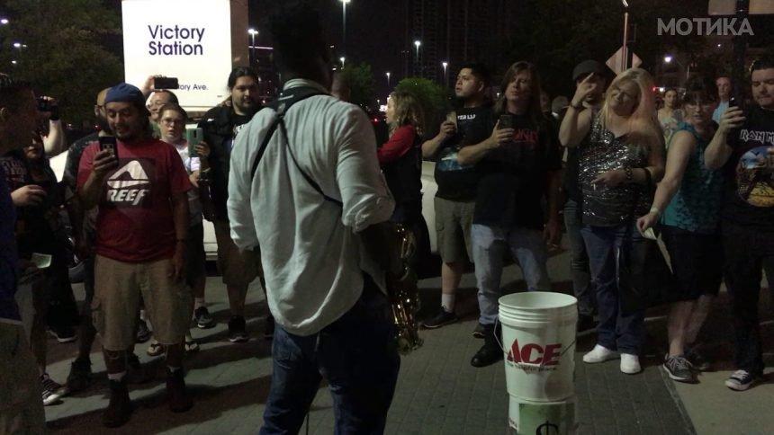 Саксофонистот смислил мудар начин како да собере добра пара после концертот на Ајрон Мејден во Далас