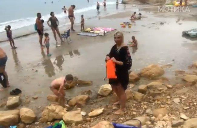 Плавушата ја искористи сета своја интелигенција за да го надува душекот на плажа
