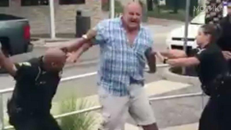 Како американските полицајци апсат голем човек отпорен на електрични пиштоли и пендреци