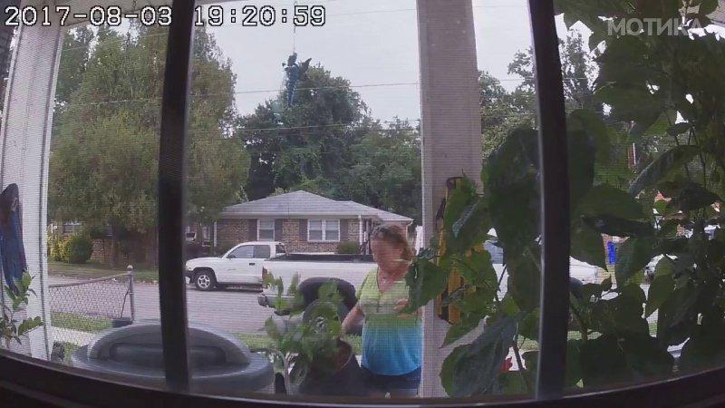 Комшијата поставил скриена камера и ја фати комшивката на дело