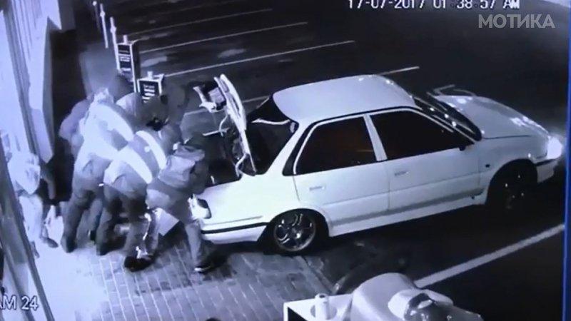 Група глупи криминалци крадат екстремно тежок сеф