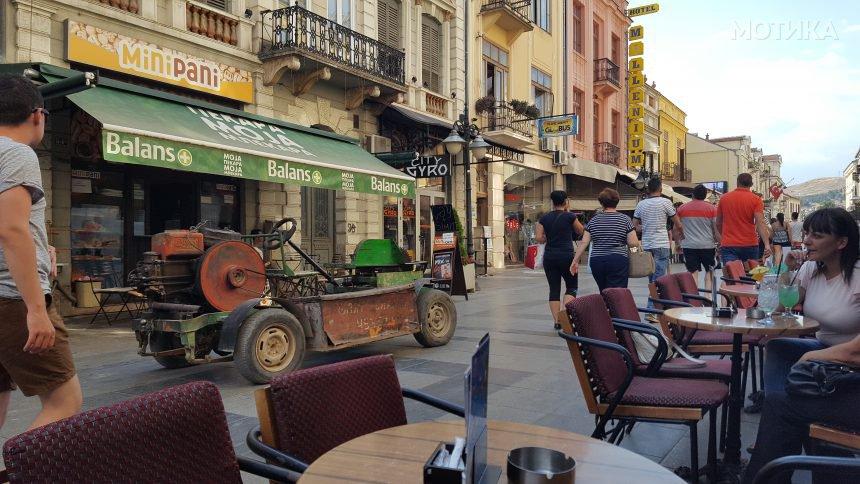На кафе со лимузината на Широк сокак во Битола