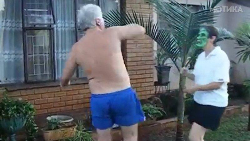 Сопругата може остарела  но не ја загубила смислата за хумор  Гледајте што му направи на дедото