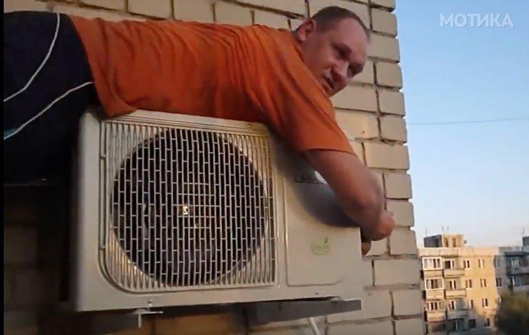 Руски мајстор поправа клима на 7 ми спрат како на шега
