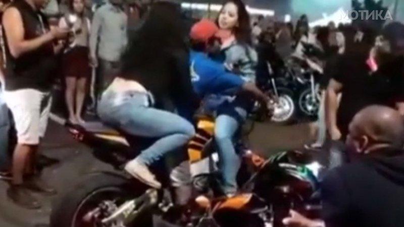 Фраерот збесна кога на моторот качи две девојки истовремено