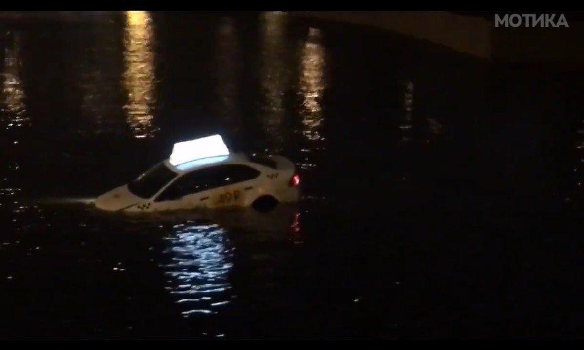 Руски таксист со кола на вода (буквално)