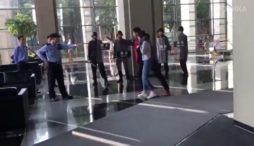 Случаен минувач во Кина со неверојатен потег средува криминалец кој држи девојка како заложник